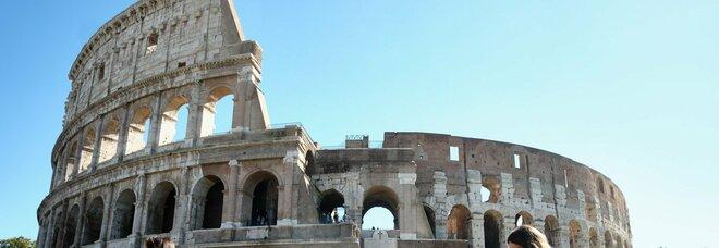 Roma, turista 14enne incide l'iniziale del suo nome sul Colosseo: denunciata