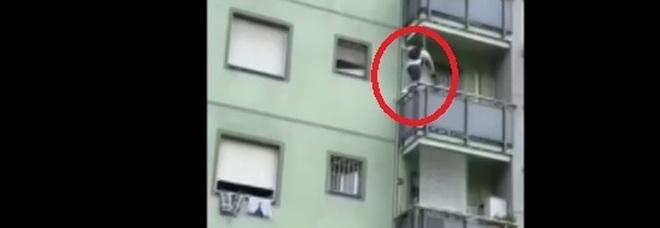 Milano, maxi furto in appartamento: ladro acrobata si arrampica fino al quarto piano e ruba 10mila euro di gioielli