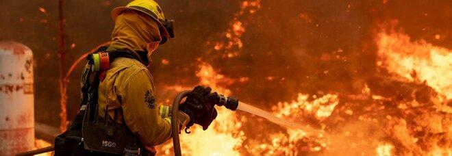Incendi California, stabilito nuovo record: nel 2020 è andata in fumo la più grande area di sempre