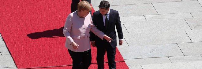 Malore per la Merkel durante l'incontro con il presidente ucraino: improvviso tremore