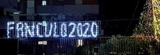 """""""Fanculo 2020"""", in Puglia spuntano le prime luminarie di Natale per dire addio all'anno del covid"""