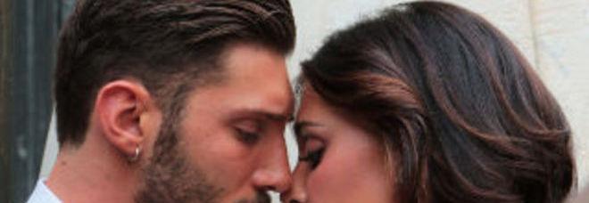 Stefano e belen sposini a napoli bagno di folla per il set fotografico belen - Giochi di baci in bagno ...