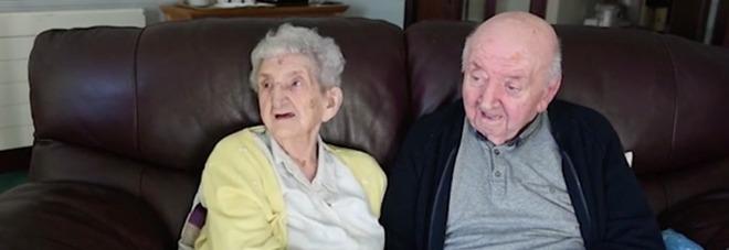 A 98 anni si fa ricoverare insieme al figlio per assisterlo: «Non si smette mai di essere mamma»