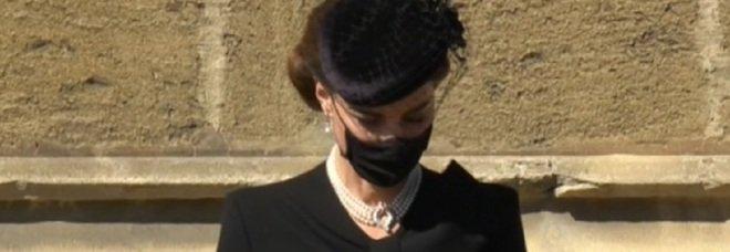 Principe Filippo, Kate Middleton impeccabile: la collana che indossa nasconde un significato