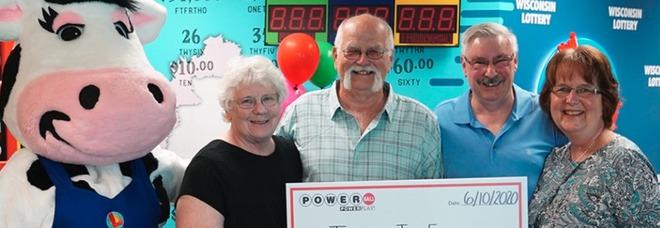Vince 22 milioni alla lotteria e li divide con l'amico: «Glielo aveva promesso 28 anni fa»
