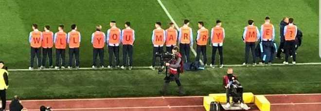 Proposta di matrimonio all'Olimpico durante Lazio-Inter: Will you marry me?