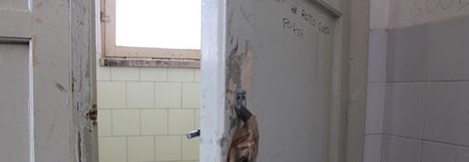 Studente con l 39 asma resta intrappolato nel bagno la triste realt delle scuole italiane - Tette bagno scuola ...