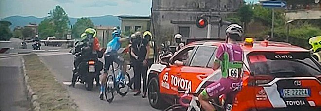 Passa il Giro d'Italia, ma a Rieti passaggio a livello chiuso: ciclisti in fuga fermi ad aspettare il treno