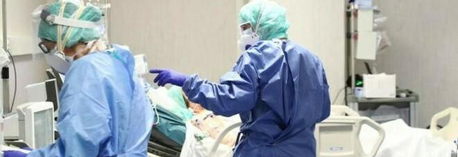 Coronavirus, in Italia 128 morti e oltre 21mila casi positivi con meno tamponi: boom in Lombardia, Campania e Piemonte. Aumentano i malati gravi