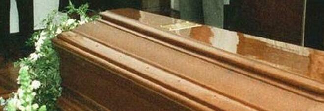 Nella bara c'è la salma sbagliata: i carabinieri bloccano il funerale