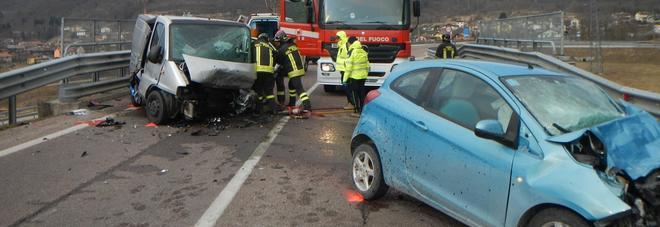 Frontale tra un furgone e una Ford Ka: una vittima e un ferito grave
