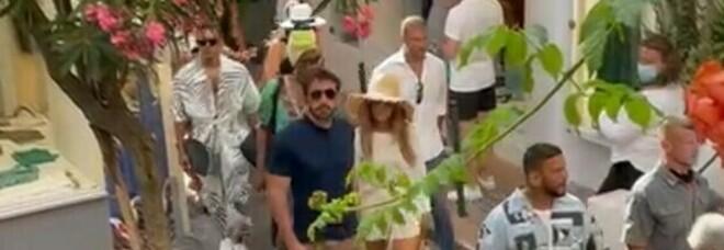 Jennifer Lopez e Ben Affleck sbarcano a Capri. Applausi e selfie per le vie del centro