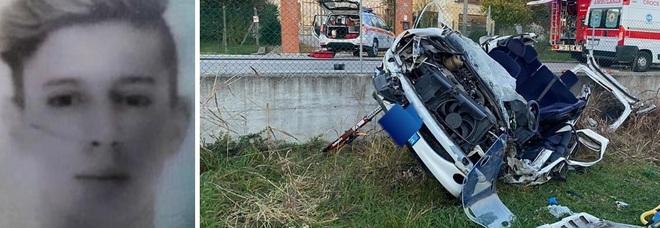 L'auto travolge i contatori del gas ed esce di strada: morto un ragazzo di 19 anni, ferito l'amico