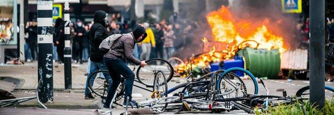 Olanda in rivolta contro il coprifuoco: terzo giorno di proteste, centinaia di arresti. Il Governo: «Violenza criminale»