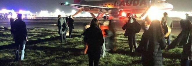 L'aereo non decolla, panico a bordo e scene da film: «Passeggeri in fuga col bagaglio a mano»