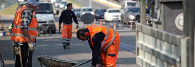 Milano, maratona asfalto: in sette giorni si riempiono le buche e riparano strade. Dal Duomo a Quarto Oggiaro