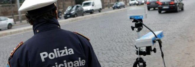 """Roma, i vigili si addormentano in auto: derubati dell'autovelox. """"Devono ricomprarlo"""""""