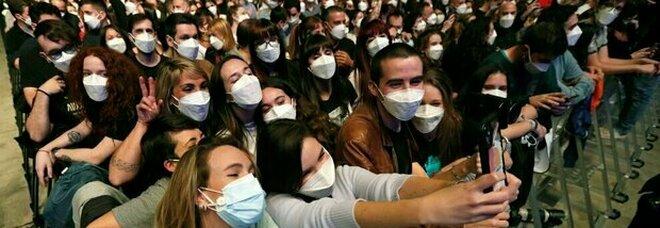 Covid, concerto-esperimento a Barcellona: nessun contagio tra i 5mila partecipanti (con mascherina ma zero distanza)