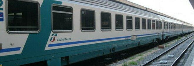 «Mettetevi la mascherina», 63 enne aggredito da due giovani sul treno per Milano