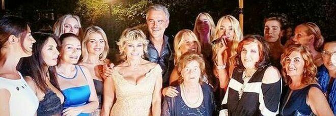 Beppe Convertini compie 50 anni, mega party vip a Roma. Ma come la mamma non c'è nessuno