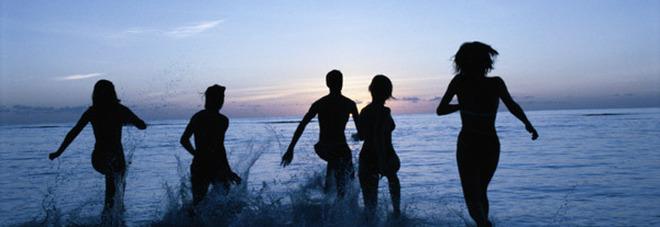 Fanno il bagno di mezzanotte ma restano senza vestiti - Ragazze nude in bagno ...