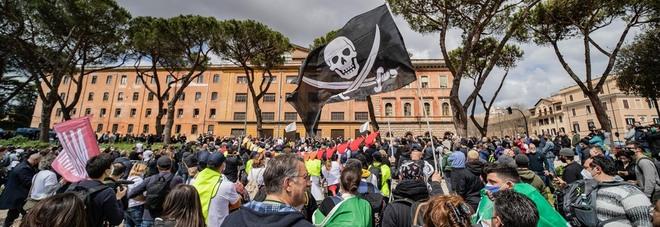 Roma, protesta al Circo Massimo: centro blindato, delegazione a Palazzo Chigi
