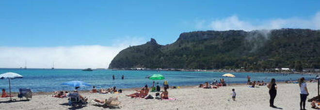 Malore in spiaggia, uomo muore a 55 anni davanti ai vicini di ombrellone: inutili i soccorsi