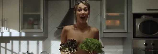 Jenn, la sexy cuoca che cucina in topless.
