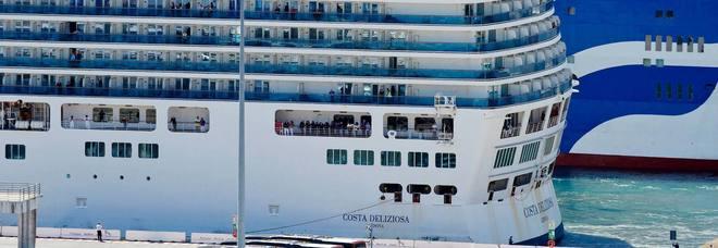 Genova, nave da crociera Costa Deliziosa in porto. A bordo ...
