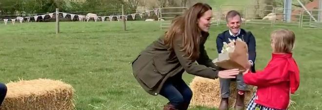 Kate Middleton e gli stivali da 475 sterline che indossa da 17 anni: oggi li ha mostrati di nuovo in visita a una fattoria