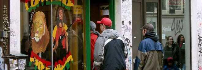 Amsterdam verso la stretta, coffee shop vietati ai turisti: «Vogliamo attirarli per le nostre bellezze, non per il fumo»