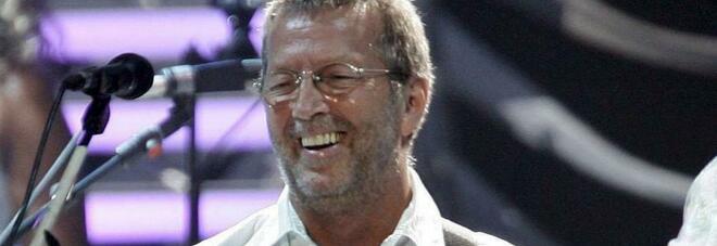 Eric Clapton: «Non suono nei club dove sarà obbligatoria la vaccinazione. Disastrosa la mia esperienza con Astra Zeneca»