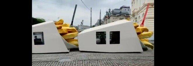Belgio, tram a forma di patatine fritte. Illusione ottica o realta?