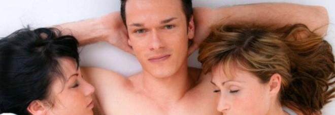Sesso a tre con due donne una la sorella l 39 ho messa incinta non riusciamo a smettere - Sesso in camera da letto ...