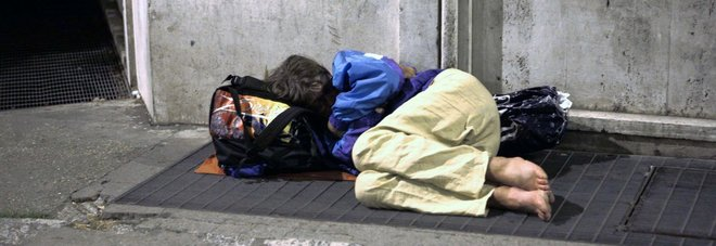 "Donna senzatetto vittima da mesi di una baby gang: ""Aiutatemi, ogni notte violenze e sevizie"""