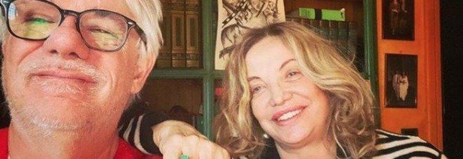 Barbara D'Urso, Simona Izzo e Tognazzi in collegamento dal salotto di casa. I fan notano un dettaglio: «Sembra una tomba»