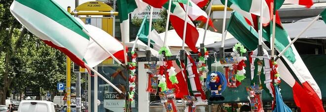 Roma, sale la febbre azzurra: venditori di bandiere e trombe lungo le strade FOTO