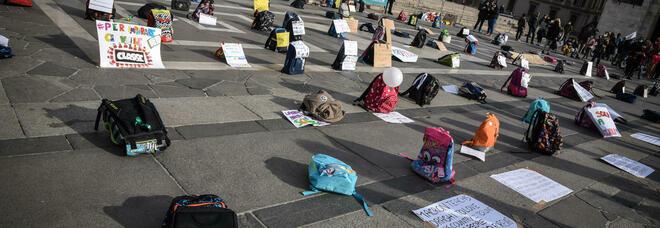 No alla Dad: migliaia di cartelle in piazza, genitori e bimbi protestano
