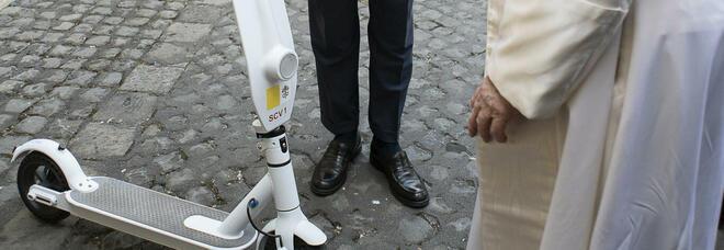 Papa Francesco sale in... monopattino: il regalo speciale arrivato in Vaticano FOTO