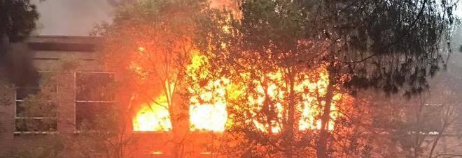 In fiamme l 39 ex fabbrica buffetti gli abitanti costretti a tenere le finestre chiuse roma - Le finestre roma ...
