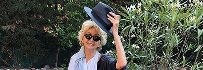 Enrica Bonaccorti dopo l'operazione, incidente in vacanza: «Appena arrivo cado dalle scale e...»