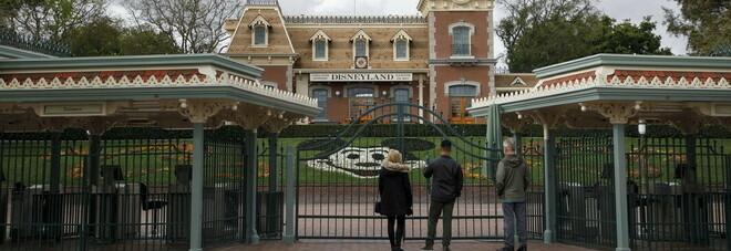 Disneyland e l'impegno contro il Covid: il parco chiuso da marzo si trasforma in un centro vaccini