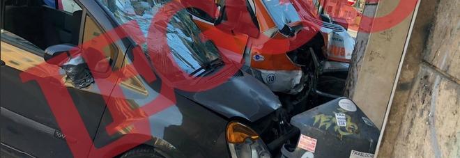 Roma, ambulanza passa col rosso e centra un'auto: i due mezzi si schiantano contro la farmacia. Ferita una donna