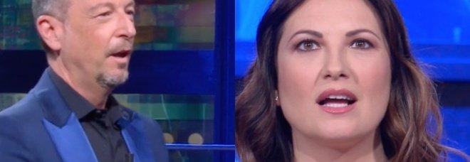 """I Soliti Ignoti, botta e risposta tra Giovanna Civitillo e Amadeus. Lui la """"gela"""": «Che hai detto?»"""