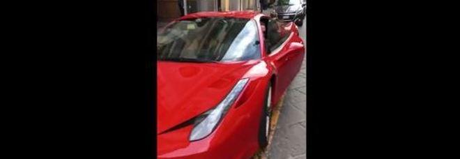 Parcheggia Ferrari in posto disabili, poi insulta chi lo denuncia. Imprenditore non si scusa e minaccia