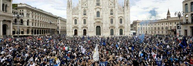 Tifosi Inter in Duomo, è allarme contagi. Il prefetto: «La piazza chiusa? Sarebbe stato peggio». E Sala e Salvini litigano sulla festa allo stadio
