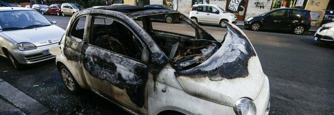 Ragazza di 20 anni: sventa il colpo ma i tre malviventi si vendicano e le incendiano l'auto