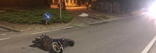 Si schianta in Vespa all'alba nel cuore di Milano: morto a 20 anni