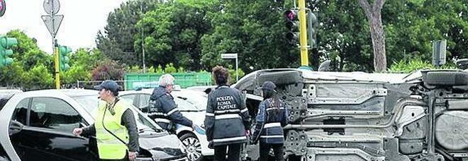 Roma, incidente sulla Colombo: morto anche l'altro ferito. Antonio aveva 23 anni