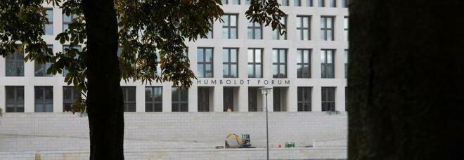 Berlino, sfregiate 70 opere d'arte nei musei. Sotto accusa un complottista 39enne. «Luoghi di satanisti»